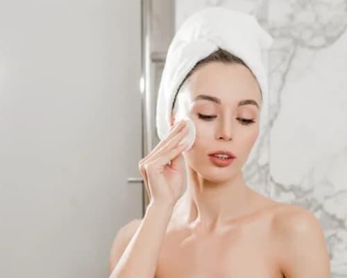 Dùng bông gạc y tế thấm nước muối sinh lý để rửa mặt