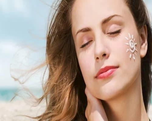 Thoa kem chống nắng mỗi ngày để tránh tác động của tia UV