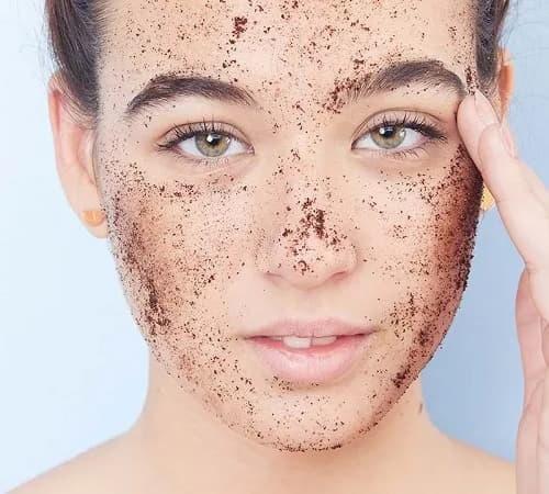 Tẩy tế bào chết vật lý bằng các hạt scrub có kích thước to sẽ gây tổn thương cho da