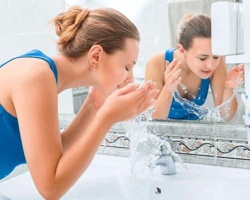 Làm sạch da mặt trước khi tẩy tế bào chết