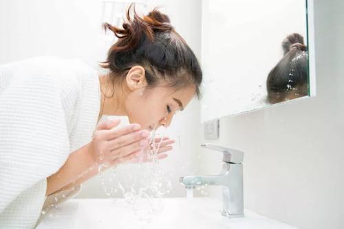 Làm sạch da trước khi xông bằng sữa rửa mặt có tính dịu nhẹ