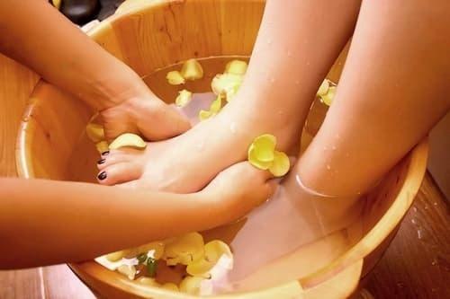 Ngâm chân thảo dược cũng là cách thải độc tố hiệu quả cho bà bầu