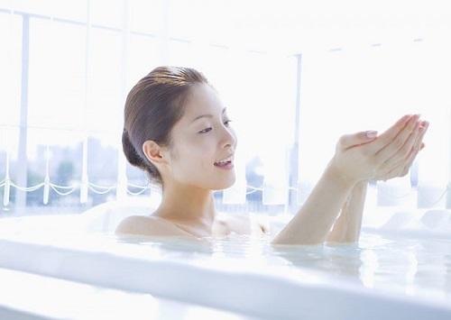 Tắm và vệ sinh lưng sạch sẽ mỗi ngày