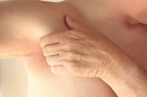 Nách là vùng da cực kỳ dễ nhiễm khuẩn