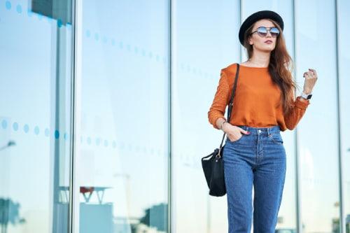 """Việc mặc quần bó sát đặc biệt là quần jean thiếu độ co giãn khiến """"cô bé"""" phải cọ xát thường xuyên với bề mặt vải thô cứng cũng gây tổn thương vùng kín"""