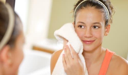 Vệ sinh đúng cách giúp ngăn ngừa viêm lỗ chân lông trên mặt