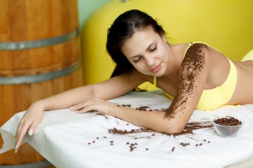 Tẩy tế bào chết toàn thân bằng bã cafe và đường