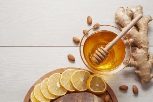 Tẩy tế bào chết môi bằng mật ong và đường