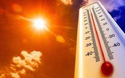 Thời tiết mùa hè làm tăng hoạt động của tuyến bã nhờn khiến da bị bí và dễ sinh mụn