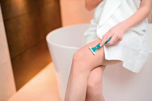 Việc tự ý cạo lông vùng kín bằng dao cạo quá mạnh tay hoặc sử dụng sản phẩm wax lông không đảm bảo sẽ gây ra các vết xước nhỏ