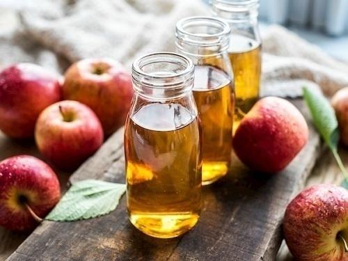 Giấm táo có chứa nhiều axit amin tự nhiên, axit succinic có công dụng phá vỡ các liên kết keratin cấu tạo nên mụn thịt mà không làm tổn thương vùng da nhạy cảm