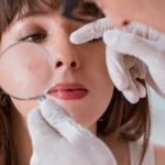Phân biệt đẩy mụn, mụn dị ứng đỏ mặt và kích ứng da mặt